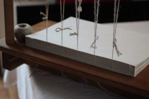 Couture sur cinq ficelles de chanvres